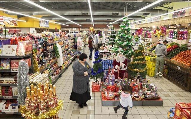חנות מקושטת לכבוד נובי גוד בראשון לציון ב-2011 (צילום: AP Photo/Oded Balilty)