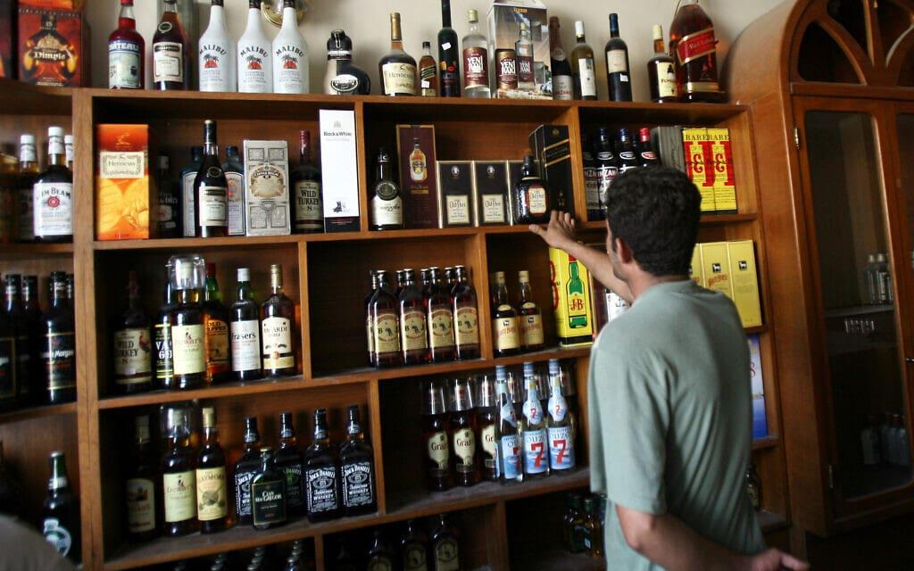 חנות למשקאות אלכוהול בבגדאד, עירק (צילום: AP Photo/ Hadi Mizban, File)