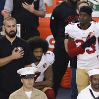 קולין קאפרניק כורע ברך בזמן נגינת ההמנון במחאה נגד אלימות שוטרים נגד שחורים (צילום: AP Photo/Chris Carlson, File)