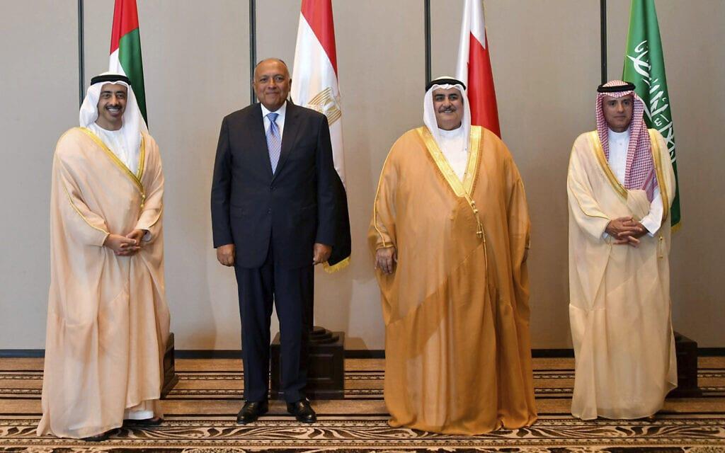 רביעיית המדינות הערביות שהחרימו את קטאר.משמאל לימין: שר החוץ של האמירויות עבדוללה בין זאיד, המצרי סאמח שוקרי, הבחרייני ח'אליד בין אחמד אל ח'אליפה והסעודי עדל אל ג'וביר, 2017 (צילום: Bahrain News Agency via AP)