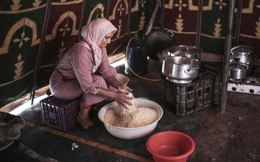 אישה מכינה קוסקוס באל-מנסוריה שבמרוקו, 17 באוגוסט 2017 (צילום: Mosa'ab Elshamy, AP)