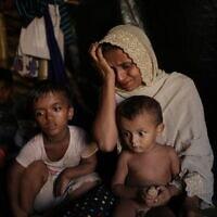 ג'מילה בגום, 35, בוכה כשהיא מספרת איך אנשי הכוחות המזוינים של מיאנמר, המואשמים בביצוע טבח באזרחים בכפר שלה, מאונג נו, במדינת ראחין שבמיאנמר, רצחו את בנה ואת בעלה, במהלך ריאיון עם סוכנות הידיעות AP במחנה הפליטים קוטופלונג בבנגלדש, 26 בנובמבר 217 (צילום: AP Photo/Wong Maye-E)
