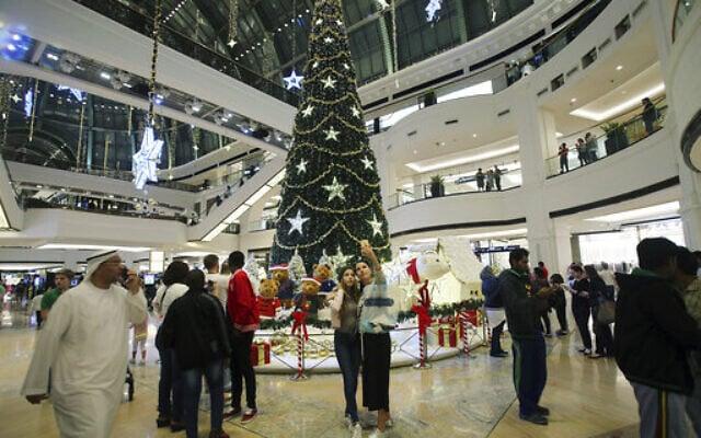 עץ אשוח מקושט לרגל חג המולד בקניון בדובאי, 20 בדצמבר 2017 (צילום: Kamran Jebreili, AP)