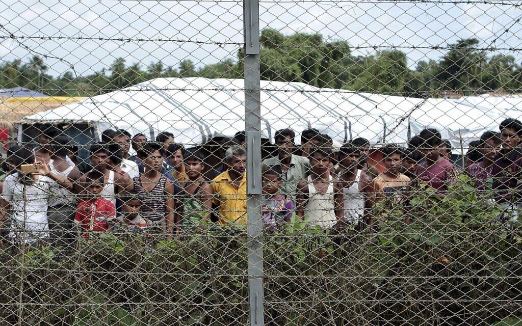 פליטים רוהינגים מתאספים ליד גדר במהלך סיור תקשורתי שארגנה הממשלה לשטח ההפקר בין מיאנמר לבנגלדש, ליד הכפר טאונגפיולטיאר, מאונג דאו, בצפון מדינת ראחין, מיאנמר, 29 ביוני 2018 (צילום: צילום: Min Kyi Thein/AP)