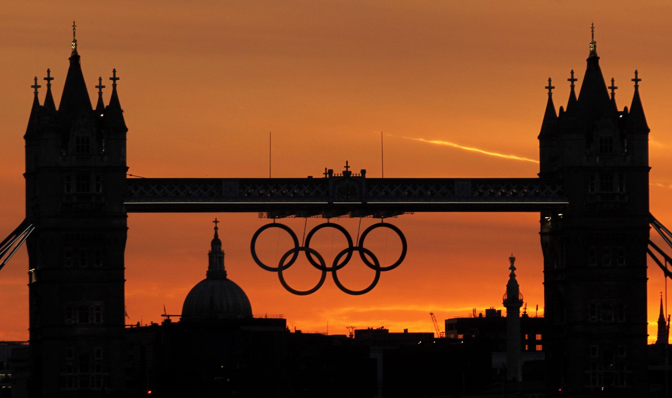 הטבעות האולימפיות תלויות על טאוור ברידג' בלונדון לקראת טקס פתיחת האולימפיאדה ביולי 2012 (צילום: AP Photo/Charlie Riedel)