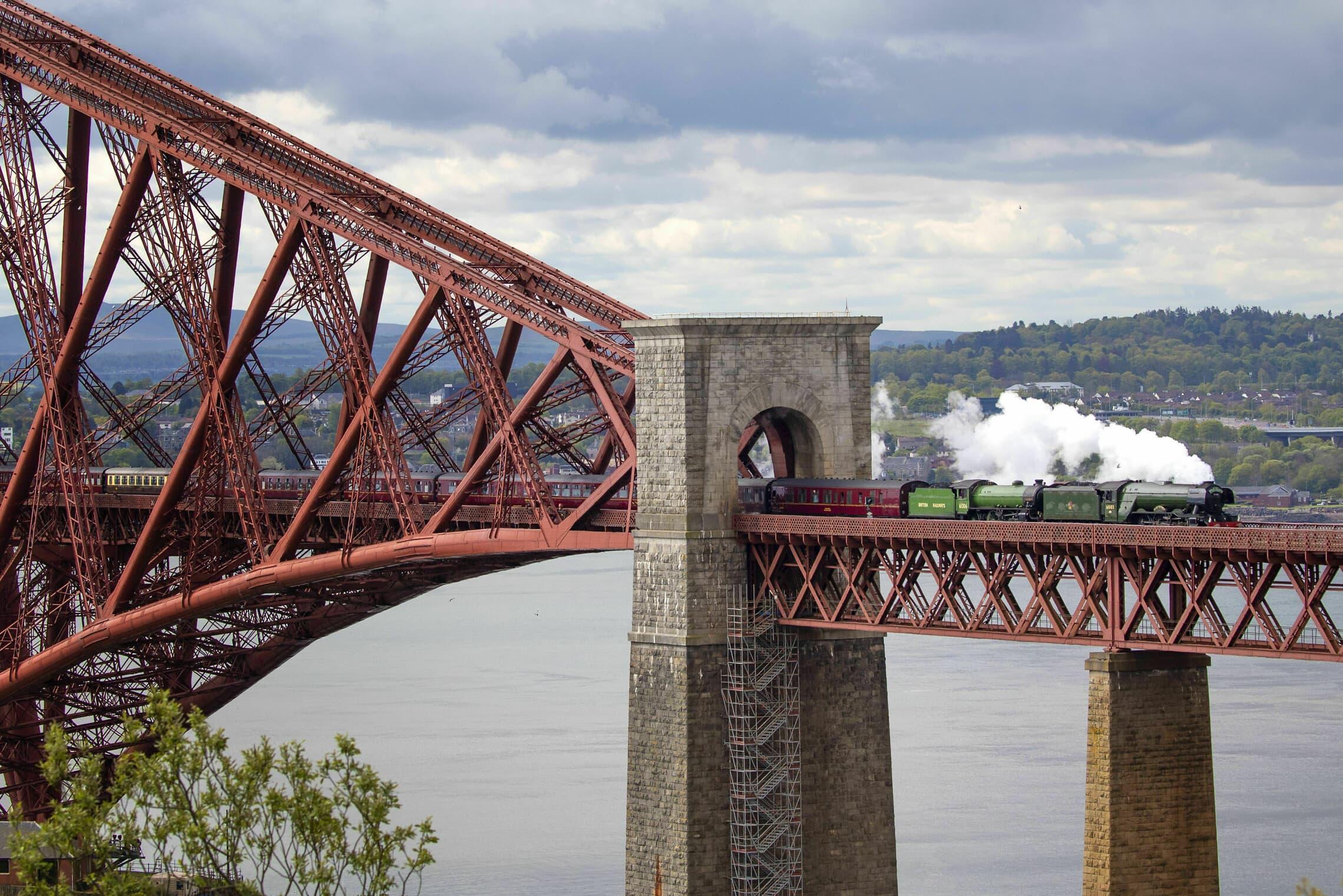"""רכבת הקיטור """"הסקוטי המעופף"""" בדרכה מאדינברו לאינברנס בסקוטלנד, 10 במאי 2019 (צילום: Jane Barlow/PA via AP)"""