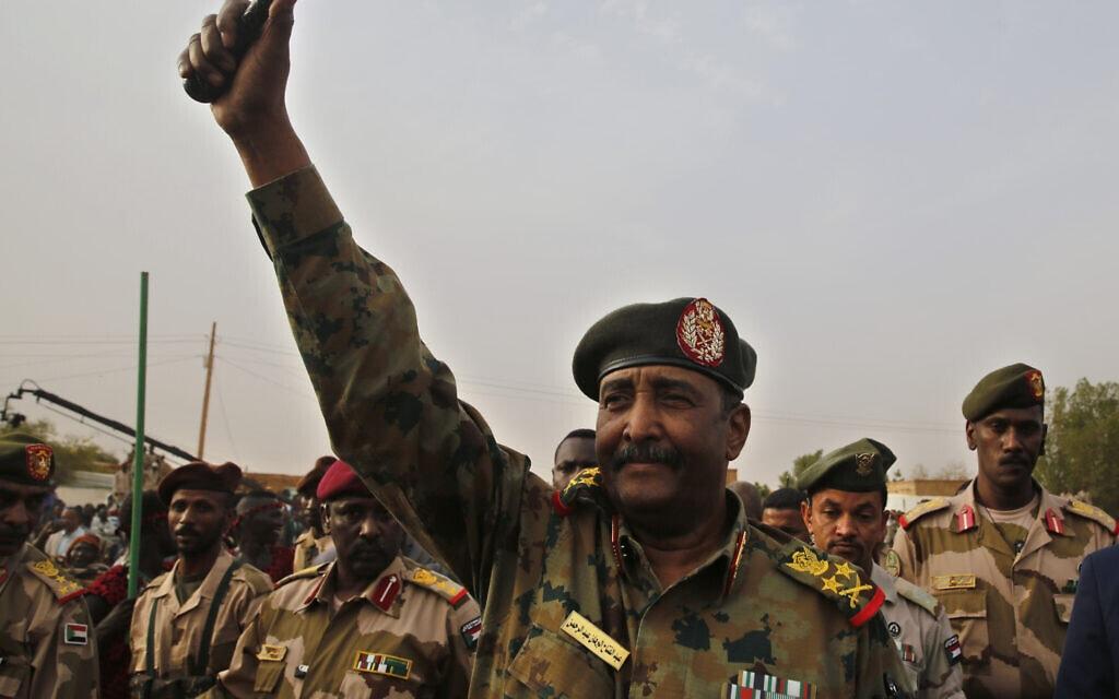 יושב ראש מועצת הריבונות של סודאן, עבד אל-פתאח אל-בורהאן, שלפי הדיווח, הזהיר שהנורמליזציה עם ישראל בסכנת הקפאה (צילום: AP Photo/Hussein Malla, File)
