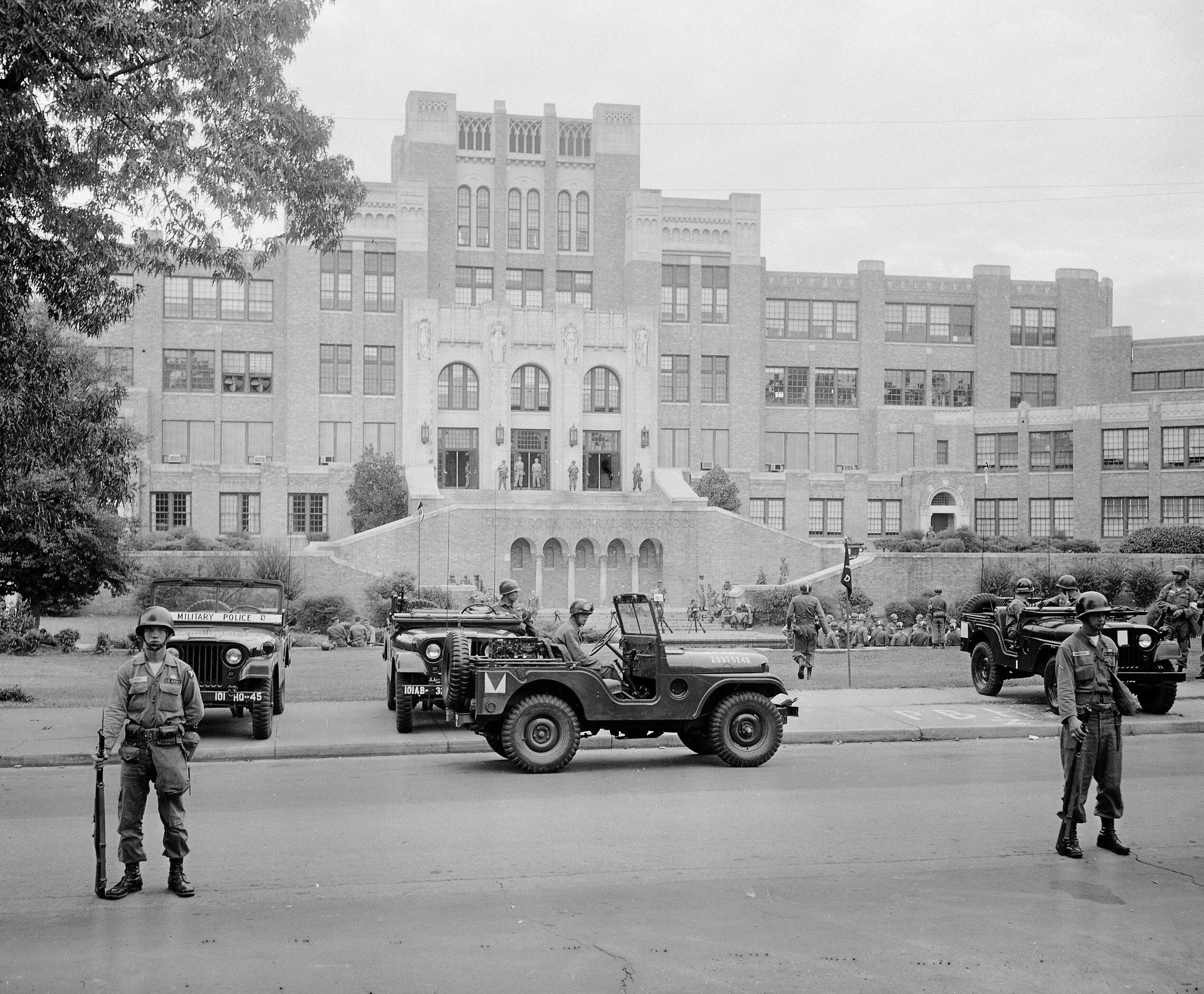 """כוחות צבא ארה""""ב מאבטחים בית ספר תיכון בליטל רוק, ארקנסו, אליו הגיעו תשעה תלמידים שחורים, ב-26 בספטמבר 1957 (צילום: AP Photo)"""