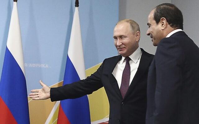 נשיא רוסיה ולדימיר פוטין מקבל את פניו של נשיא מצרים עבד אל-פתח א-סיסי בסוצ'י, 23 באוקטובר 2019 (צילום: Sergei Fadeyechev, TASS News Agency Pool Photo via AP)