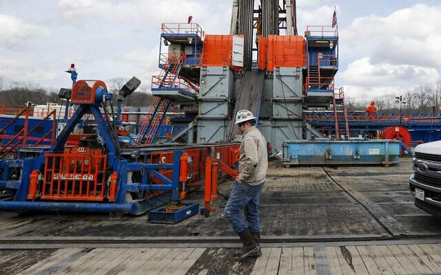 באתר קידוח להפקת נפט מפצלי שמן בפנסילבניה, ארה״ב. מרץ 2020 (צילום: AP Photo/Keith Srakocic)