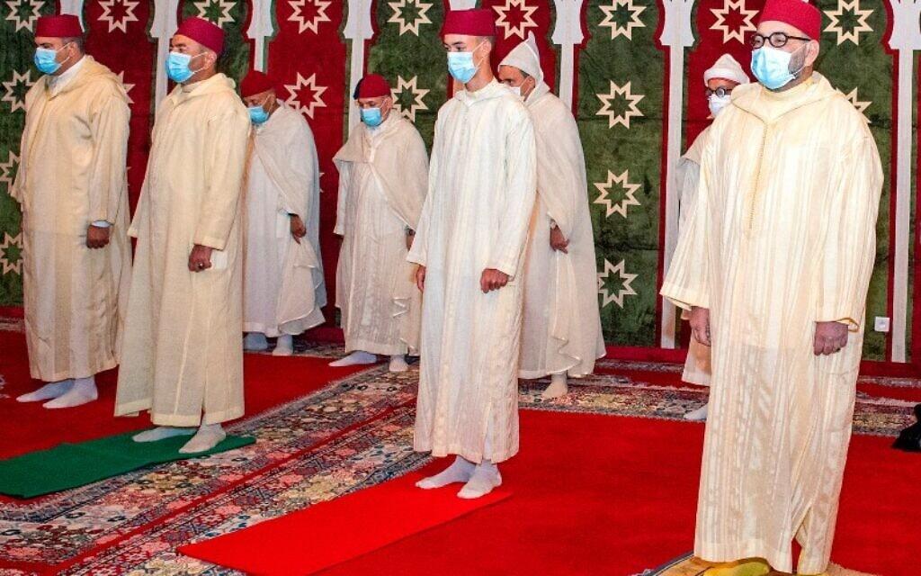 מלך מרוקו מוחמד השישי (מימין) במהלך תפילה במעון המלכותי במדיק. 31 ביולי 2020 (צילום: Moroccan Royal Palace via AP)