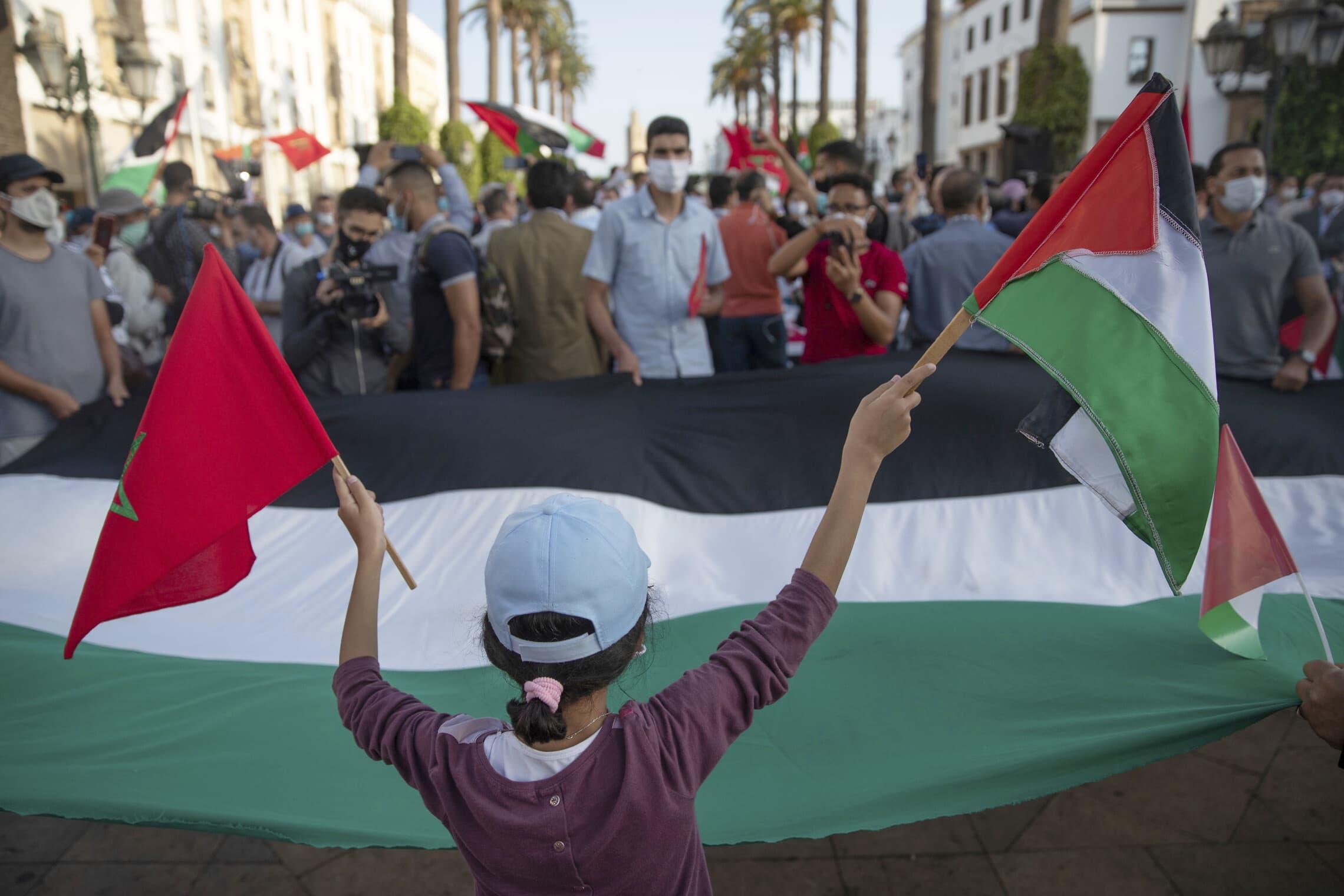מפגינים ברבאט מנופפים בדגל מרוקאי ובדגל ופלסטיני במהלך מחאה נגד נורמליזציה של היחסים עם ישראל. מרוקו, ספטמבר 2020 (צילום: (AP Photo/Mosa'ab Elshamy)