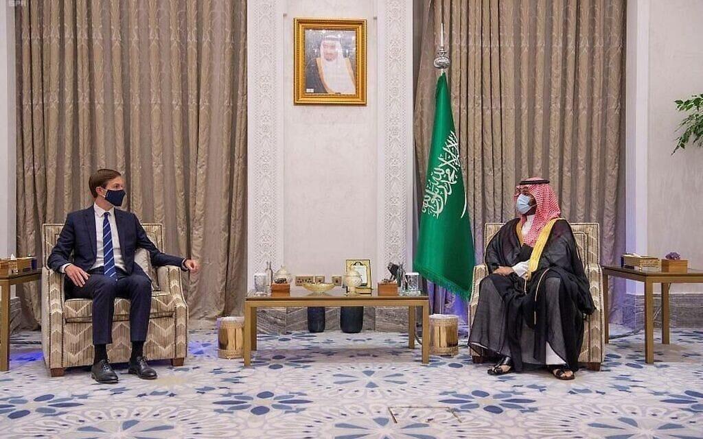 יועצו של הנשיא טראמפ, ג'ארד קושנר, בפגישה עם יורש העצר הסעודי מוחמד בן סלמאן, בריאד, 1 בספטמבר 2020 (צילום: Saudi Press Agency via AP)
