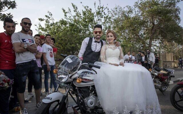 זוג במצרים ביום חתונתם, 16 באפריל 2020 (צילום: AP Photo/Nariman El-Mofty, File)