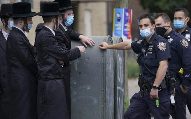 שוטרי משטרת ניו יורק בדיון עם יהודים אורתודוקסים בשכונת ברוקלין פארק, 7 באוקטובר 2020 (צילום: AP Photo/John Minchillo)