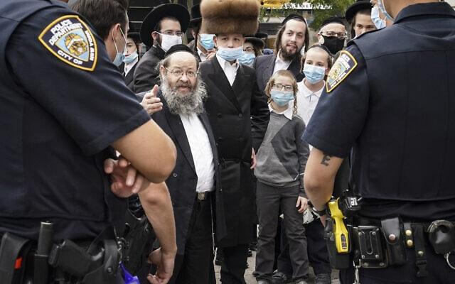 הקהילה החרדית מנהלת דיאלוג עם משטרת ניו יורק בברוקלין, אוקטובר 2020 (צילום: AP Photo/John Minchillo)