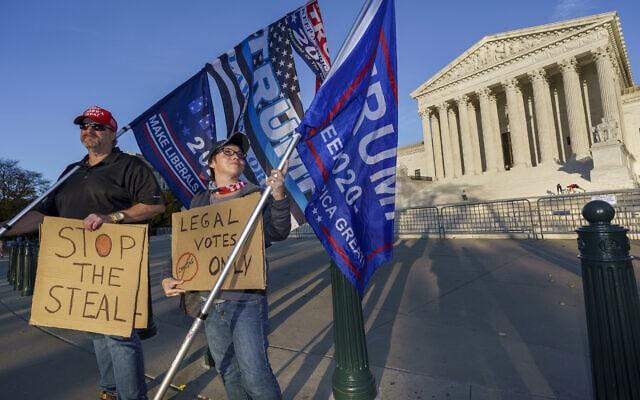 מפגינים תומכי טראמפ מחוץ לבית המשפט העליון בוושינגטון הבירה, נובמבר 2020 (צילום: AP Photo/J. Scott Applewhite)