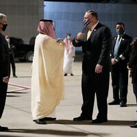 שר החוץ הסעודי פייצל בן פרחאן מברך את מזכיר המדינה פומפאו בניום (צילום: AP Photo/Patrick Semansky, Pool)