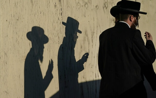 חרדים מתפללים בברוקלין, נובמבר 2020 (צילום: AP Photo/Frank Franklin II)