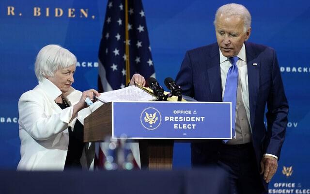 ג'ו ביידן וג'נט ילן במסיבת העיתונאים שבה הכריז הנשיא הנבחר על מינוייה לתפקיד שרת האוצר בממשל שלו. 1 בדצמבר 2020 (צילום: AP Photo/Andrew Harnik)