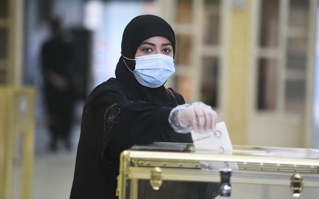 אזרחית מצביעה בבחירות הפרלמנטריות בכווית, 5 בדצמבר 2020 (צילום: Jaber Abdulkhaleg, AP)