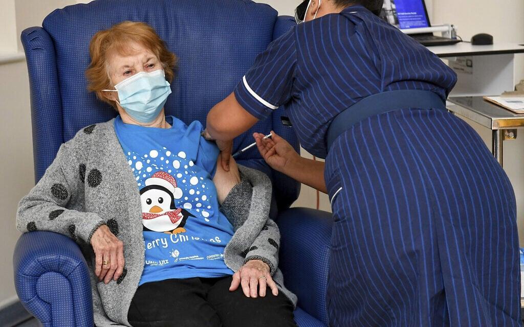 מרגרט קינן בת ה-90, המטופלת הראשונה בבריטניה שקיבלה חיסון נגד קורונה של חברת פייזר, השבוע. דצמבר 2020 (צילום: Jacob King/Pool via AP)