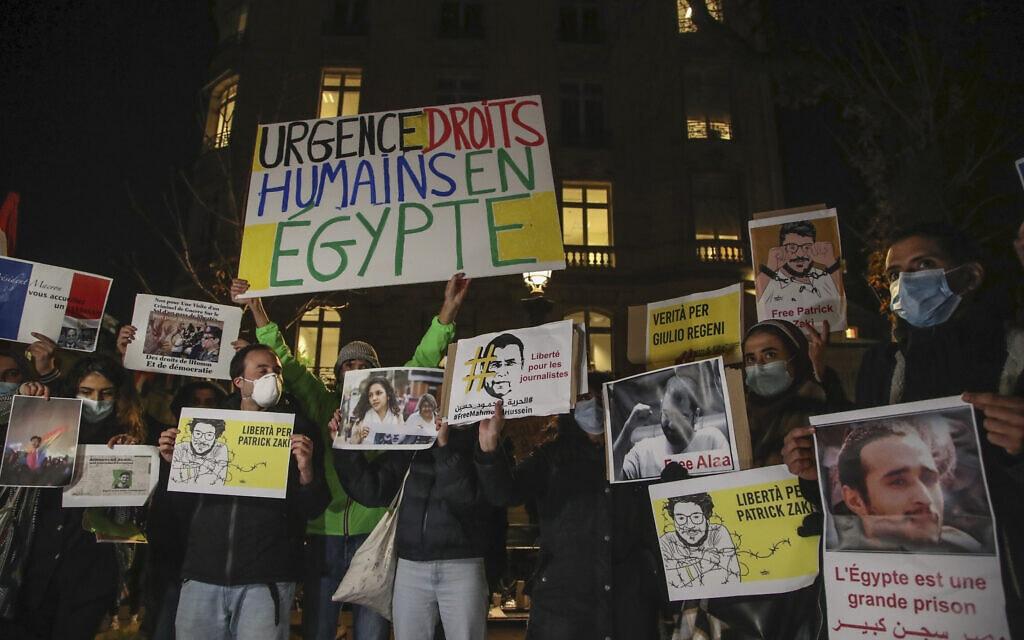 מפגינים מוחים מול שגרירות מצרים בפריז, 8 בדצמבר 2020 (צילום: Michel Euler, AP)