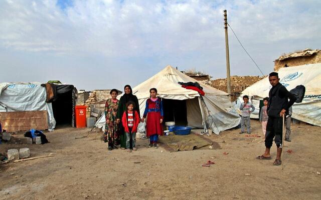 עקורים שעשויים להיות מגורשים ממחנה הפליטים בחמאם אל-עליל בשל החלטת הממשלה, 29 בנובמבר 2020 (צילום: Samya Kullab, AP)