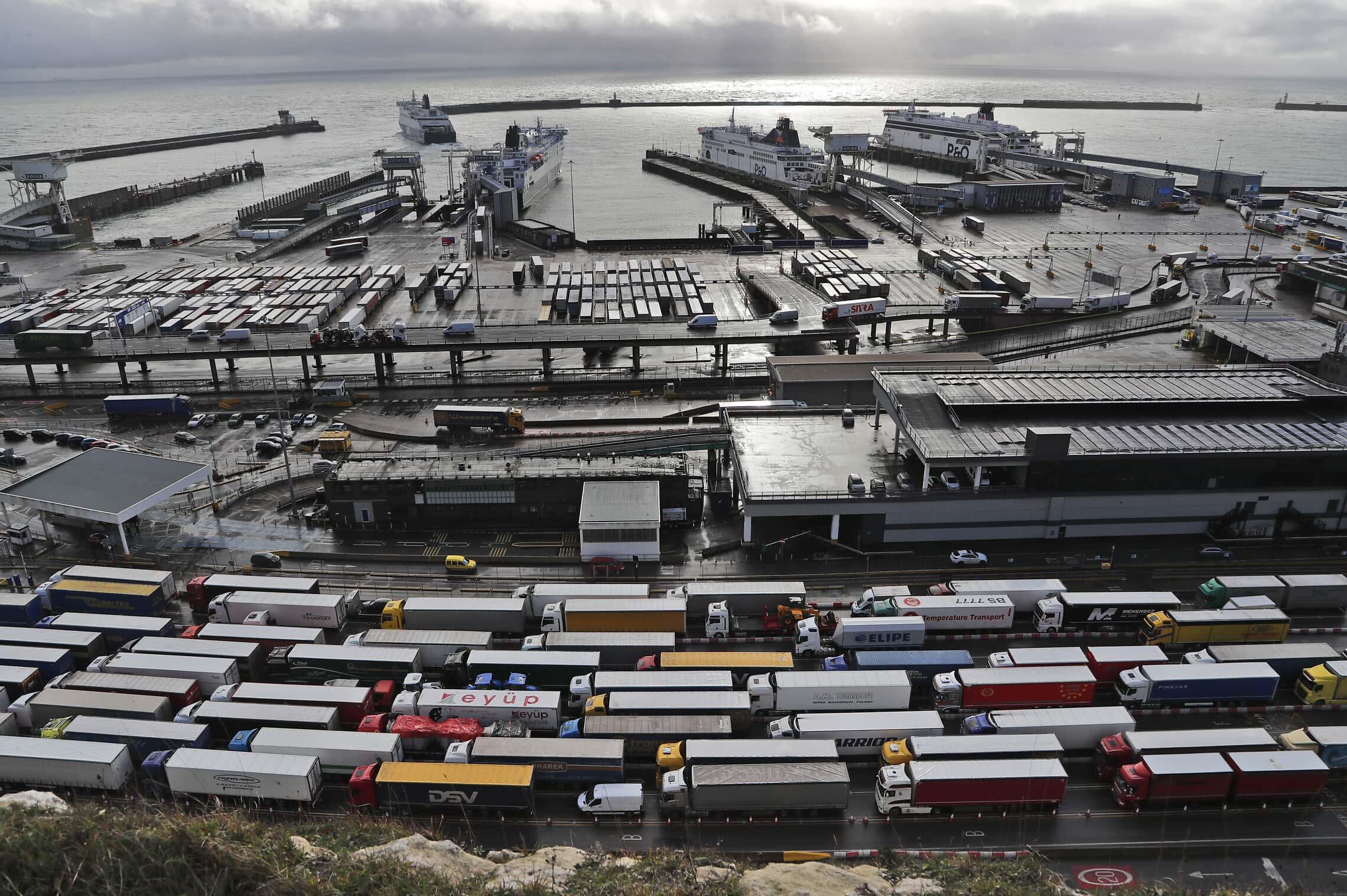 משאיות עומדות בתור בנמל דובר, ב-11 בדצמבר 2020 (צילום: AP Photo/Frank Augstein)