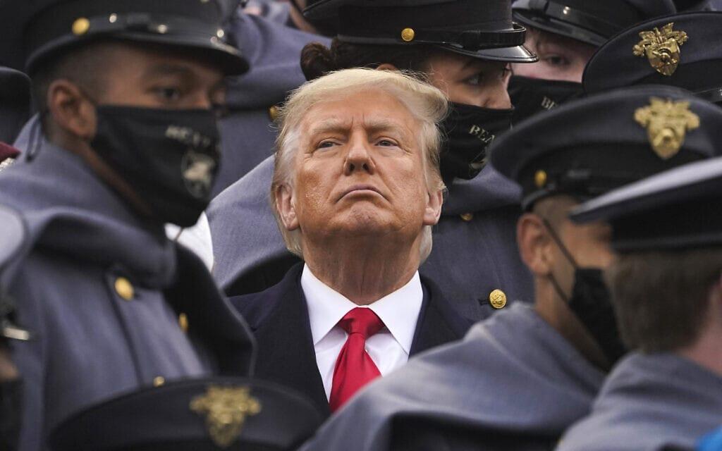 """מוקף בצוערים של צבא ארה""""ב, הנשיא דונלד טראמפ צופה בדרבי הכדורגל ה-121 בין הצבא לחיל הים באצטדיון של אקדמיית ווסט פוינט. 12 בדצמבר 2020 (צילום: AP Photo/Andrew Harnik)"""
