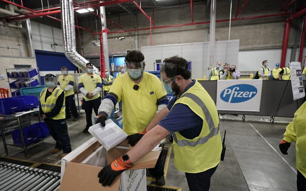 קופסאות המכילות את החיסון נגד קורונה מוכנות למשלוח במפעל הייצור של פייזר במישיגן. 13 בדצמבר 2020 (צילום: AP Photo/Morry Gash, Pool)