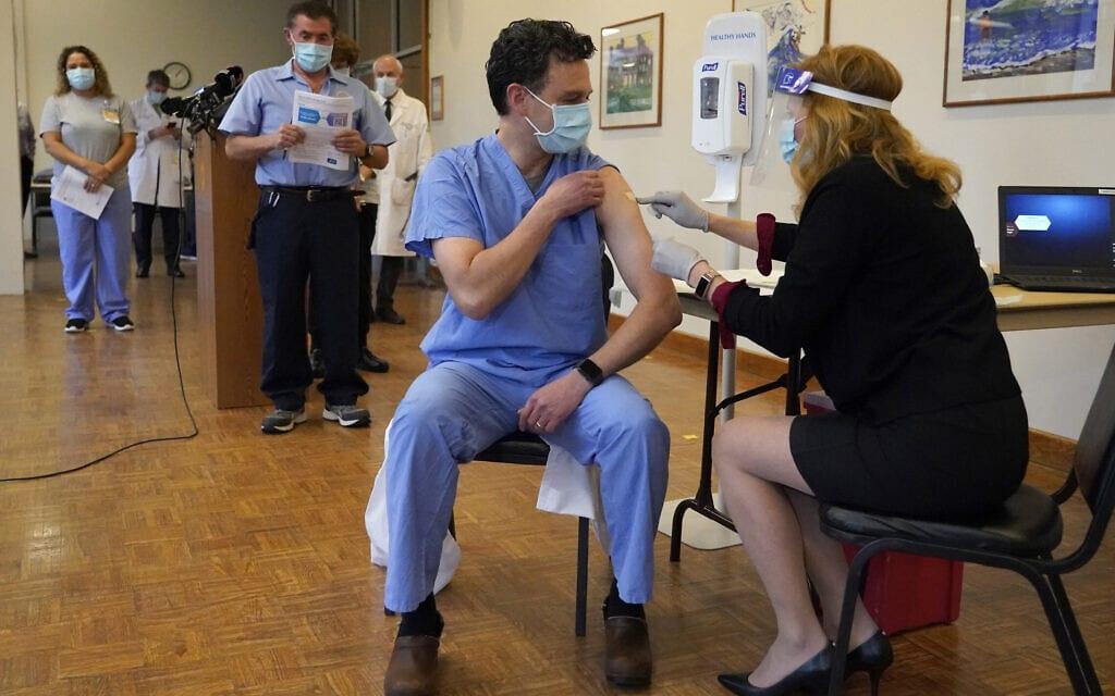 תור לקבלת חיסון נגד מודרנה בפרובידנס ארצות הברית. דצמבר 2020 (צילום: AP Photo/Elise Amendola)