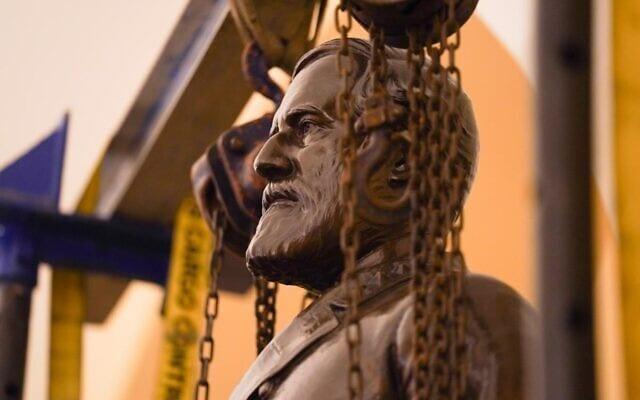פסלו של רוברט א. לי מוסר מאולם הפסלים בגבעת הקפיטול, 21 בדצמבר 2020 (צילום: Jack Mayer/Office of Governor of Virginia)