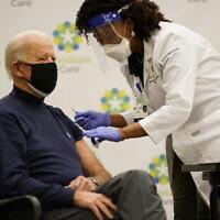 הנשיא הנבחר של ארצות הברית ג'ו ביידן התחסן בבית חולים בדלאוור במנת החיסון הראשונה, מבין שתיים, נגד נגיף הקורונה, 21 בדצמבר 2020 (צילום: Carolyn Kaster, AP)