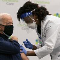 """נשיא ארה""""ב הנבחר ג'ו ביידן מקבל חיסון נגד קורונה בשידור חי, 21 בדצמבר 2020 (צילום: AP Photo/Carolyn Kaster)"""