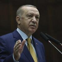 נשיא טורקיה רג'פ טייפ ארדואן נושא דברים בפני חברי מפלגתו בפרלמנט באנקרה, 23 בדצמבר 2020 (צילום: Turkish Presidency via AP, Pool)