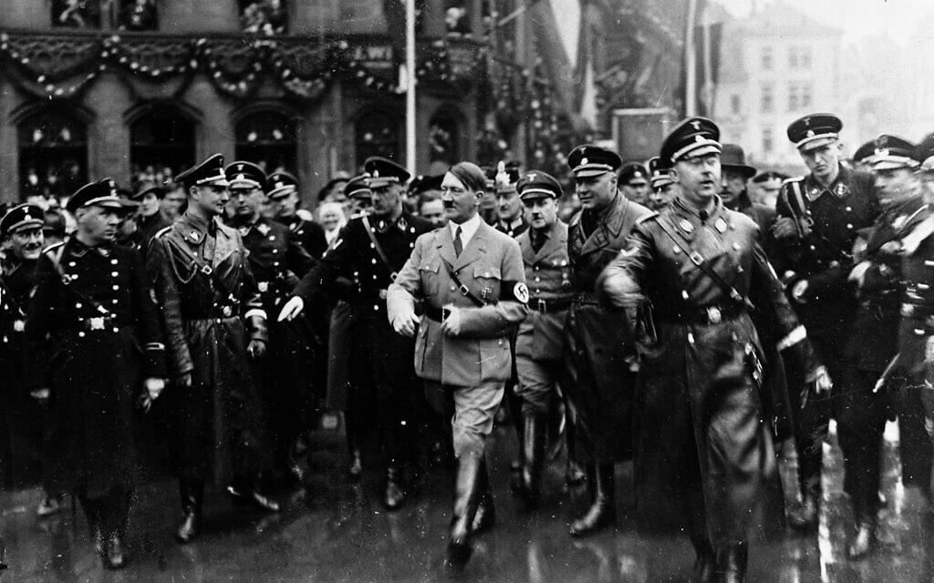אדולף היטלר, מוקף בשומרי ראש, מגיע לעיר זארבריקן, 3 במאי 1932 (צילום: AP)