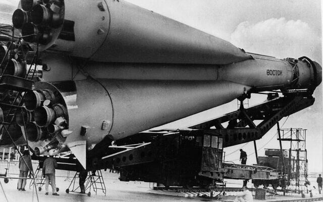 טיל ווסטוק על משגר מהסוג ששיגר את יורי גגרין לחלל ב-12 באפריל 1961 (צילום: AP)