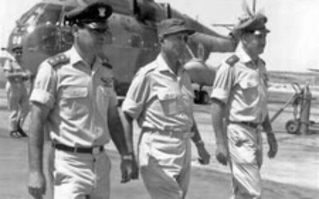 """מפקד ח""""א מוטי הוד, שר הבטחון משה דיין ומפקד בסיס חצרים ג'ו אלון, באדיבות משפחת אלון"""