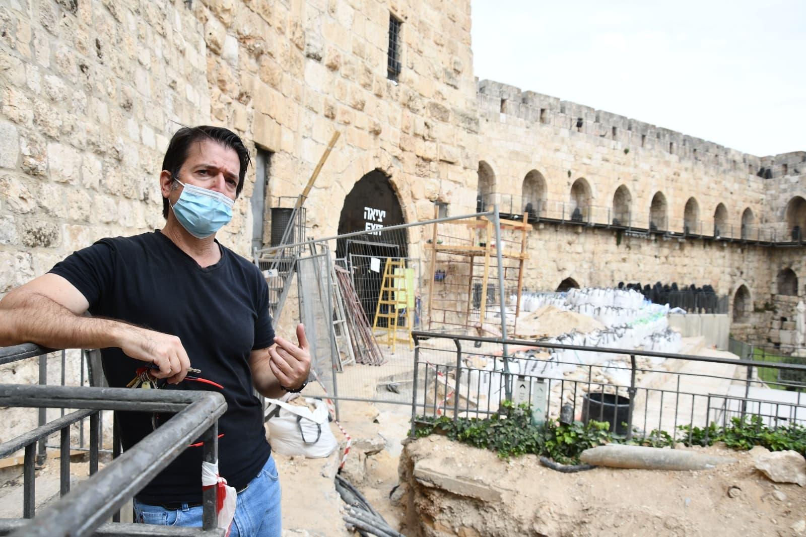 עמית ראם במתחם החפירות במגדל דוד (צילום: רשות העתיקות)