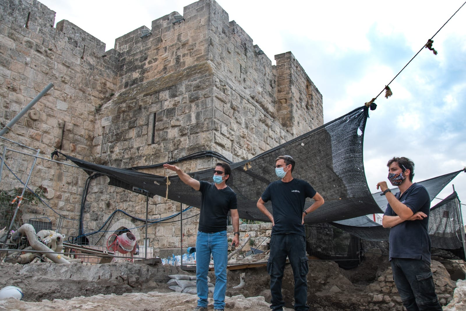 עמית ראם מדריך ארכאולוגים במתחם החפירות במגדל דוד (צילום: רשות העתיקות)