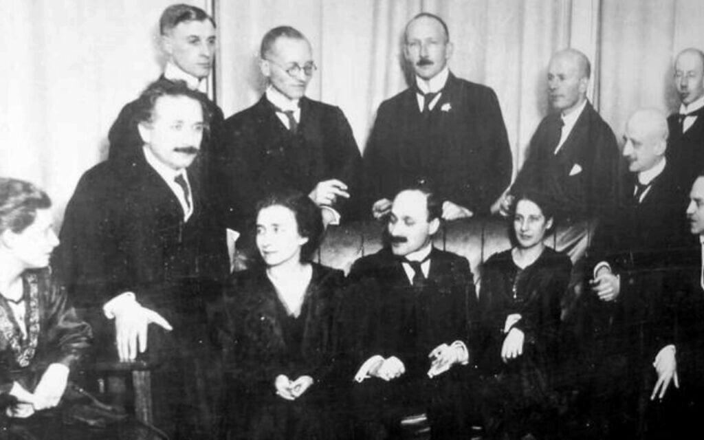 פיזיקאים וכימאים בברלין ב-1920. בשורה הראשונה, משמאל לימין: הרתה ספונר, אלברט איינשטיין, אינגריד פרנק, ג'יימס פרנק, ליזה מייטנר, פריץ האבר ואוטו האן. בשורה האחורית, משמאל לימין: ולטר גרוטריאן, וילהלם וסטפל, אוטו פון באייר, פטר פרינגסהיים וגוסטב הרץ (צילום: רשות הכלל, באמצעות ויקישיתוף)