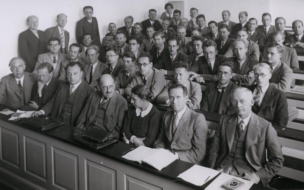 בכנס ב-1937 מייטנר חלקה את השורה הראשונה עם (משמאל לימין) נילס בוהר, ורנר הייזנברג, וולפגנג פאולי, אוטו שטרן ורודולף לדנבורג; הילדה לוי היא האישה הנוספת היחידה בחדר (צילום: (פרידריך הונד, באמצעות ויקישיתוף))