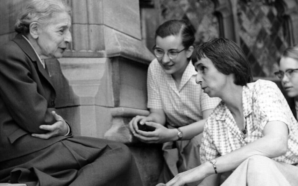 ליזה מייטנר עם סטודנטיות (סו ג'ונס סווישר, רוזלי הויט ודאנה פירסון מקדונו) על מדרגות הבניין לכימיה בקולג' ברין מאוור, באדיבות קולג' ברין מאוור, אפריל 1959 (צילום: רשות הכלל, באמצעות ויקישיתוף)