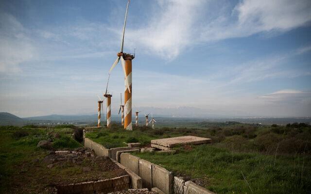תחנת טורבינות רוח ושרידי מוצב צבאי ישן, על הר תל אסניה, ברובע בשן ברמת הגולן Hadas Parush/Flash90