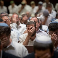 תלמידי ישיבה מתפללים בישיבת הר המור (צילום: יונתן זינדל/פלאש90)