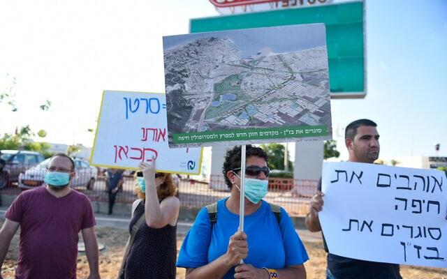 מפגינים קוראים לסגירת בתי הזיקוק לנפט במפרץ חיפה. 24 ביוני 2019 (צילום: Meir Vaknin/Flash90)