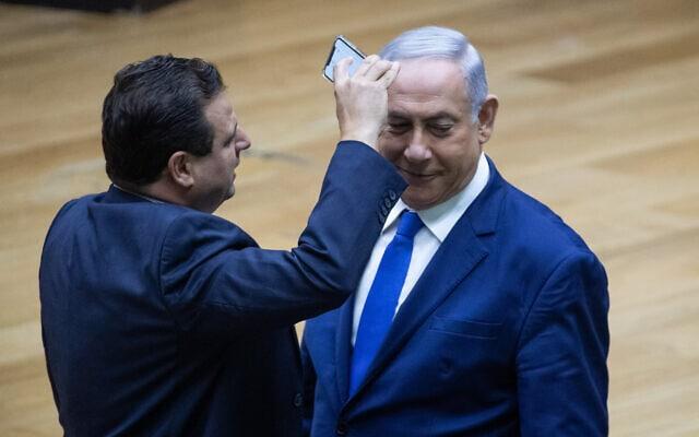איימן עודה מצלם את ראש ממשלת ישראל בנימין נתניהו במהלך דיון בכנסת על חוק מצלמות האבטחה. ספטמבר 2019 (צילום: Yonatan Sindel/Flash90)