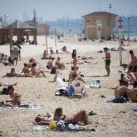 מתרחצים בחוף ימה של תל אביב, 12 במאי 2020 (צילום: מרים אלסטר, פלאש 90)