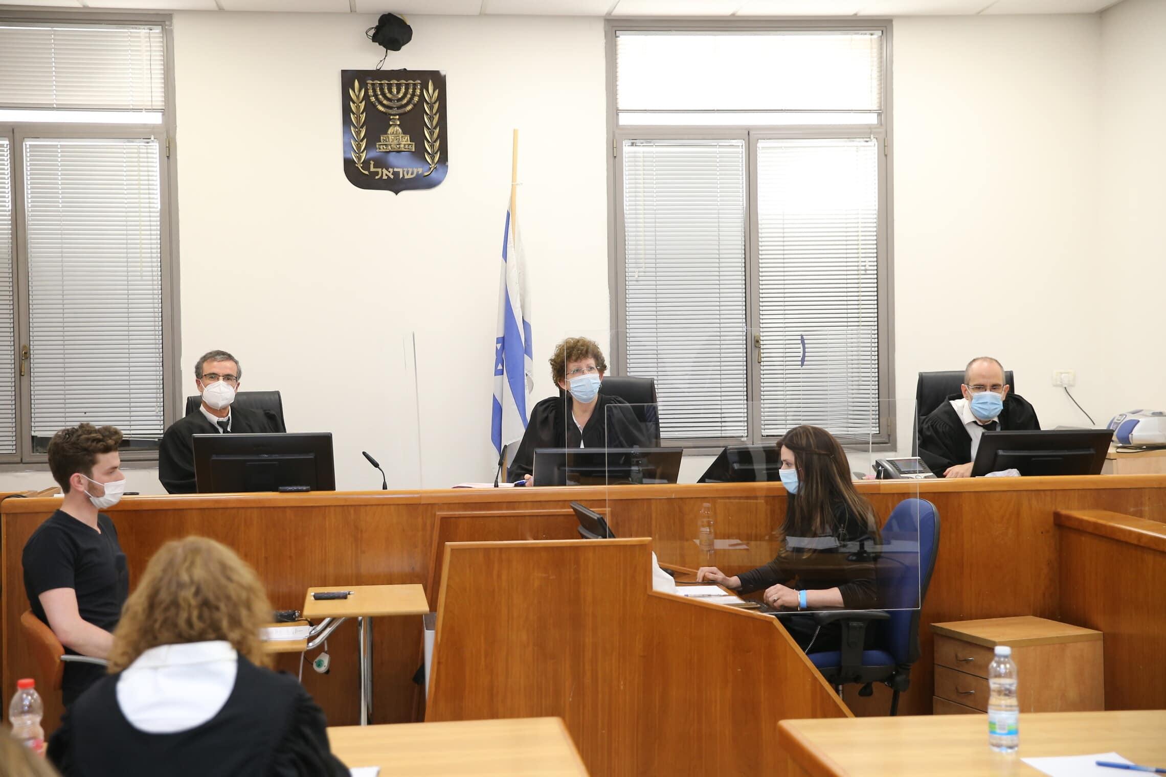 שופטי נתניהו – עודד שחם (מימין), רבקה פרידמן פלדמן ומשה בר-עם, בבית המשפט המחוזי ירושלים, ב-24 במאי 2020 (צילום: Amit Shabi/POOL)